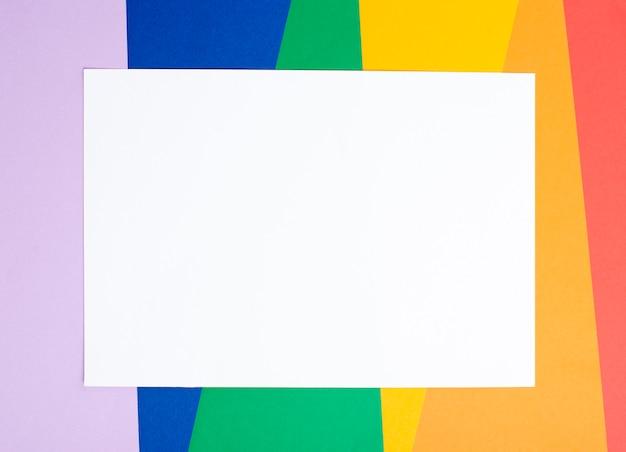 Fondo colorido con hoja de papel en blanco