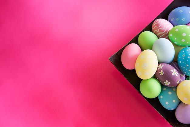 Fondo colorido pintado de los huevos de pascua - concepto del fondo de la celebración del día de fiesta de pascua