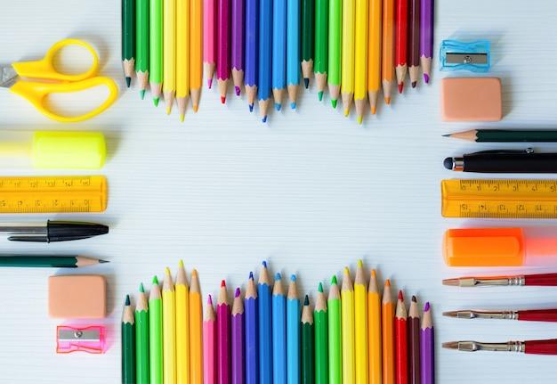 Fondo colorido de útiles escolares y de oficina con espacio para diseño de texto