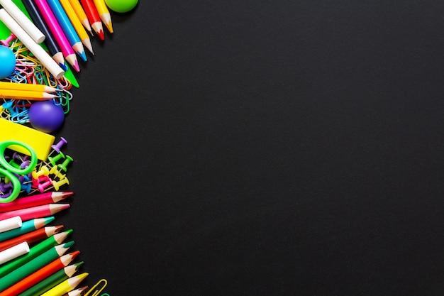Fondo colorido de útiles escolares. vista superior. copia espacio