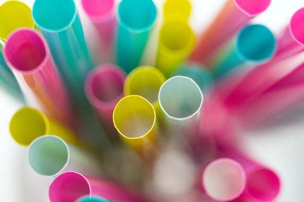 Fondo de coloridos tubos de cóctel