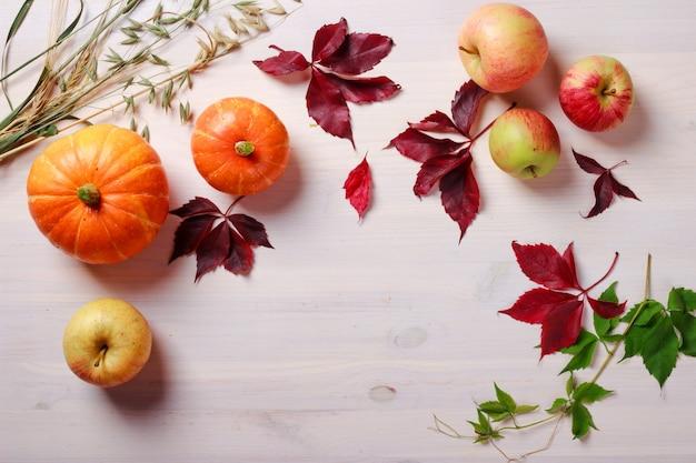 Fondo de comida de acción de gracias con calabazas y manzanas
