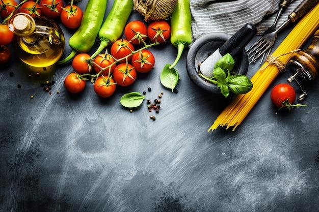 Fondo de comida italiana con ingredientes