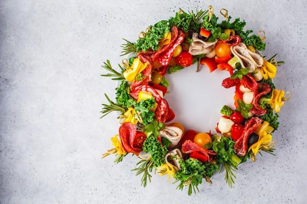 Fondo de comida de navidad. corona de navidad de aperitivos navideños,