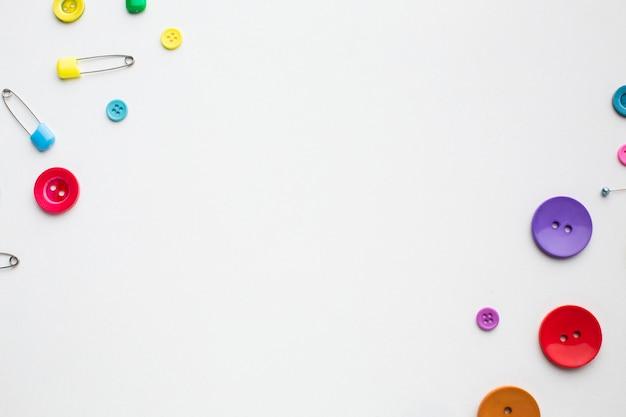 Fondo de composición de botones de costura coloreada con espacio de copia