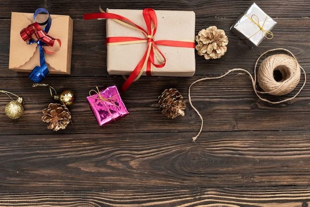 Fondo de compras de regalo de vacaciones de navidad. vista desde arriba con espacio de copia. cajas de regalo de papel artesanal atadas con cuerda sobre fondo azul, vista superior. composición plana para cumpleaños.