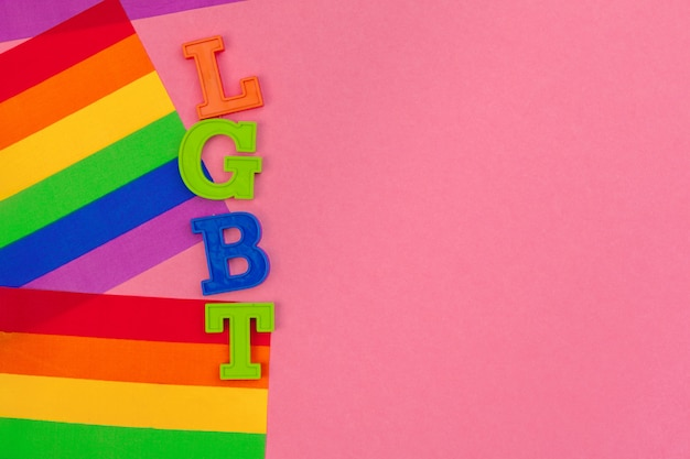 Fondo de concepto de día lgbt. bandera lgbt sobre la mesa.