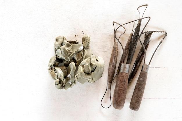 Fondo de conjunto de herramientas de escultura. herramientas del arte y del arte en un fondo blanco.