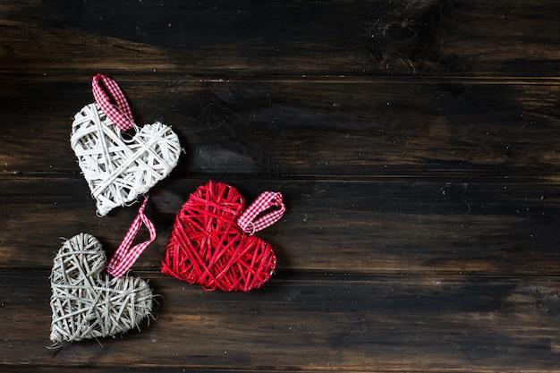 Fondo con corazones, lugar para texto, san valentín. día de san valentín. amor. corazones de mimbre.