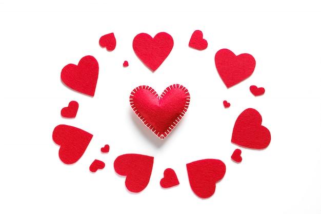 Fondo de corazones rojos o san valentín sobre un fondo blanco. el concepto de la celebración del día de san valentín. símbolo de amor. copia espacio.