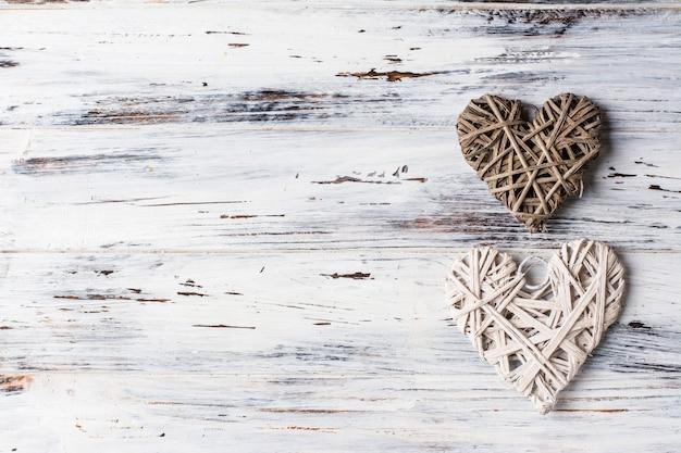 Fondo con corazones, san valentín. día de san valentín. amor. corazones de mimbre. lugar para el texto. espacio de copia de fondo