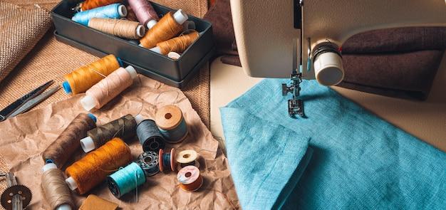 Fondo de costura vintage con hilos y telas.