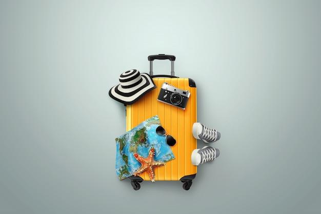Fondo creativo, maleta amarilla, zapatillas de deporte, mapa sobre un fondo gris