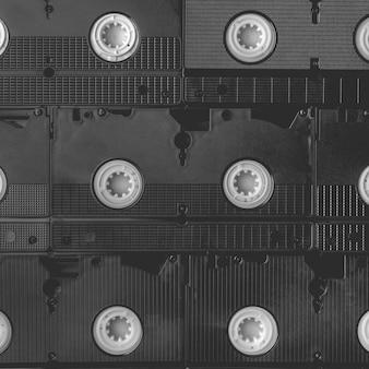 Fondo cuadrado blanco y negro de viejas cintas vhs para grabar y ver películas