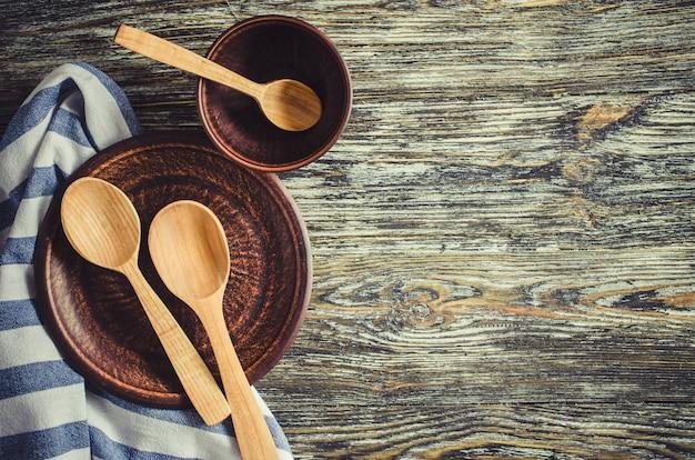 Fondo culinario con utensilios de cocina rústica en mesa de madera vintage.