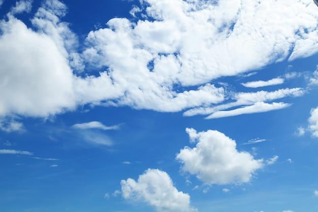 Fondo de cielo azul con nubes blancas en un día de buen clima