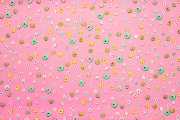 Fondo decorativo con botones de colores sueltos.