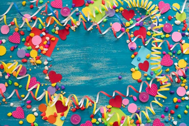 Fondo decorativo del día de fiesta con la decoración de los corazones del caramelo del confeti de las flámulas.