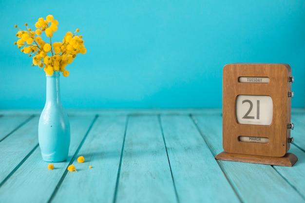 Fondo decorativo con florero y calendario