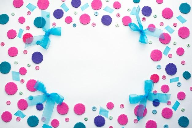 Fondo decorativo de vacaciones con confeti de colores.