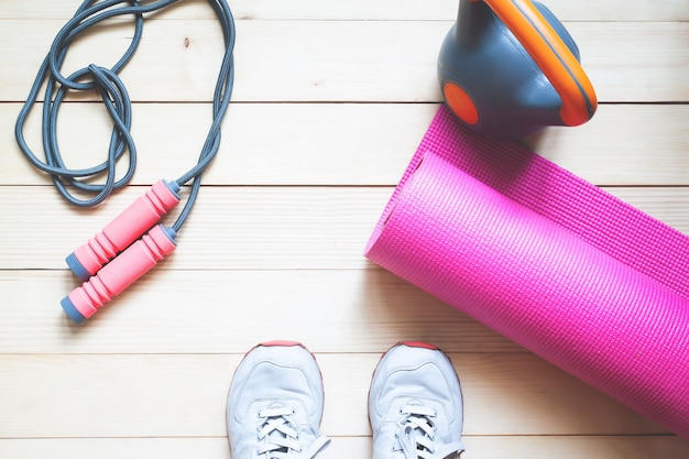 Fondo de deporte con espacio de copia. selfie de pies fitness mujer en piso de madera.