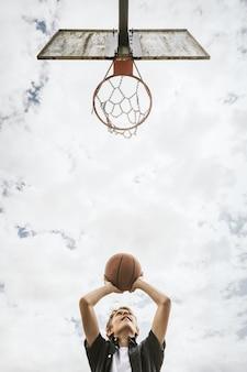 Fondo de deporte, niño jugando baloncesto, pasatiempo de verano