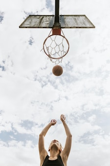 Fondo deportivo, niña tirando una pelota de baloncesto, pasatiempo de verano