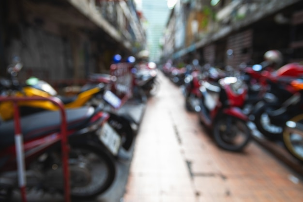 Fondo desenfocado con muchos scooters estacionados