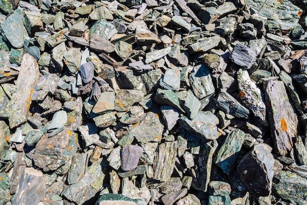 Fondo detallado de piedras grises con musgo naranja. ladera de la montaña con espacio de copia.