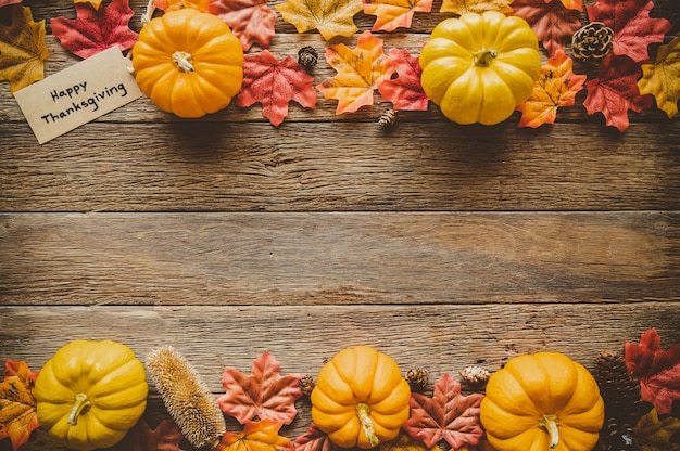 Fondo de día de acción de gracias de otoño con frutas y hojas caídas