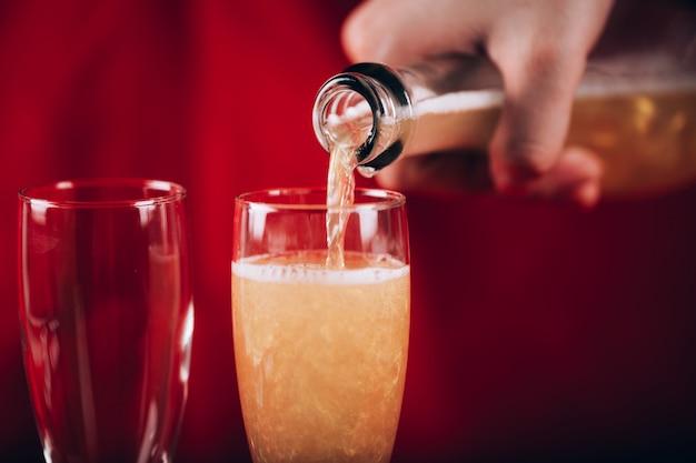 Fondo del día de san valentín con copas de champán y rosa roja