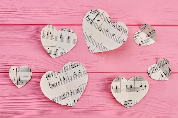 Fondo del día de san valentín con notas musicales.
