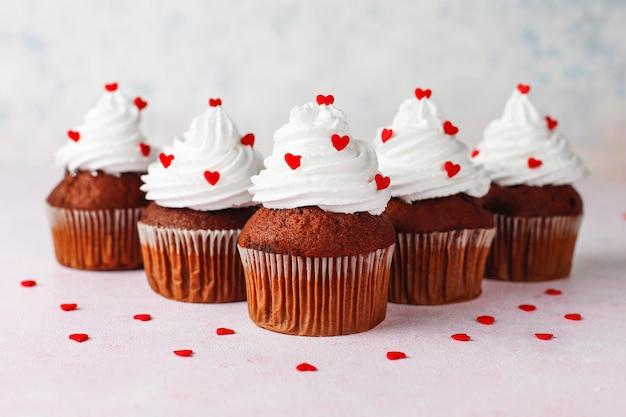Fondo del día de san valentín, pastelitos de chocolate con caramelos en forma de corazón, vista superior