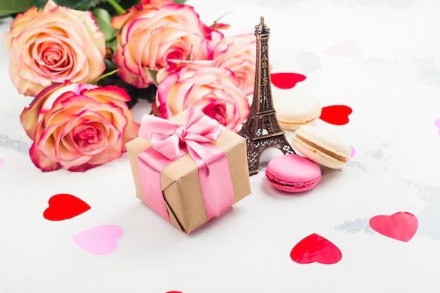 Fondo del día de san valentín con rosas, torre eiffel y corazones decorativos