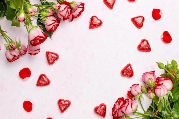 Fondo del día de san valentín, tarjeta del día de san valentín con rosas, vista superior