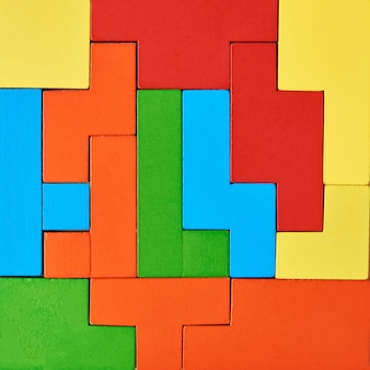 Fondo de diferentes bloques de madera. concepto de educación y pensamiento lógico. cubos de formas geométricas de colores