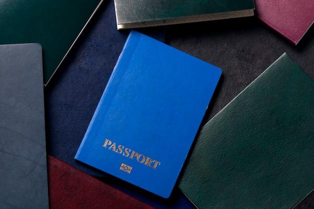 Fondo de documentos con pasaporte azul en frente