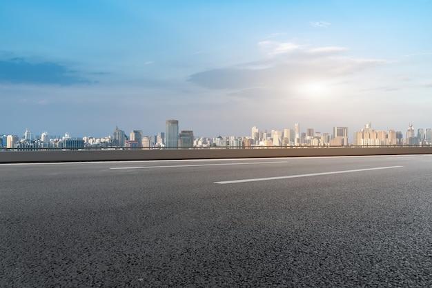 Fondo de edificio moderno y carretera asfaltada en shanghai, china