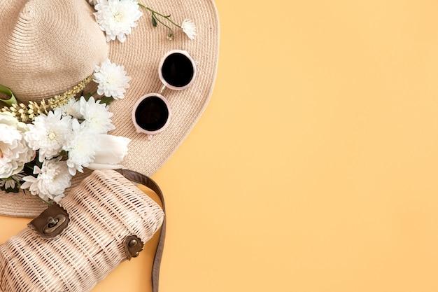Fondo elegante de verano con accesorios de verano. concepto de verano