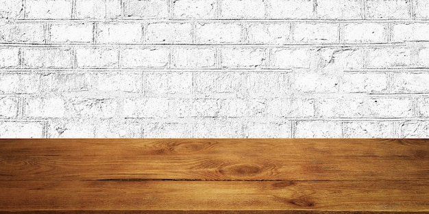 El fondo es tablas de madera en blanco y una pared de ladrillos con textura con iluminación
