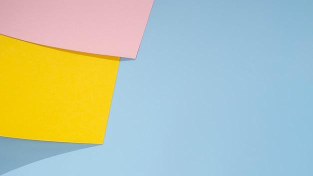 Fondo de espacio de copia azul y diseño de papel poligonal