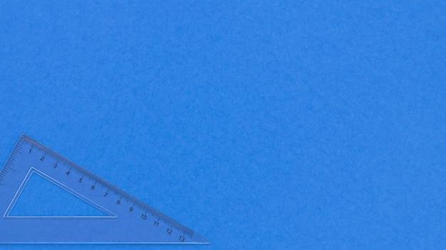 Fondo de espacio de copia azul monocromo y regla transparente