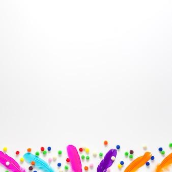 Fondo de espacio de copia en blanco y plumas de colores