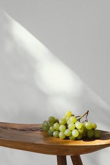 Fondo de espacio de copia vertical mínima uvas abstractas