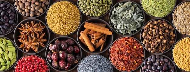 Fondo de especias de colores, vista superior. colección condimento indio en tazas