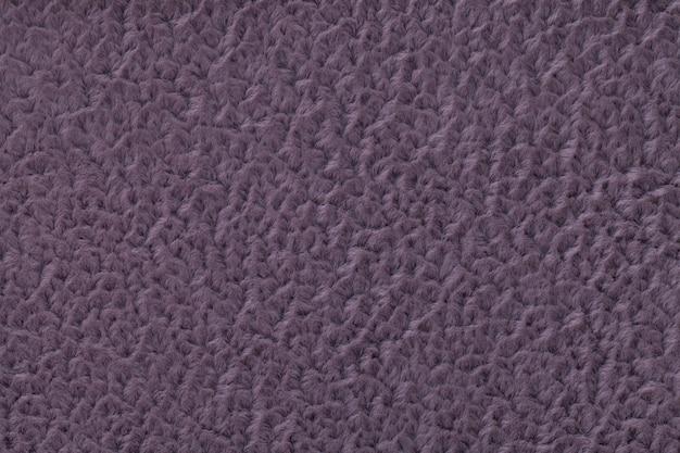 Fondo esponjoso violeta oscuro de tela suave y vellosa. textura de primer plano textil