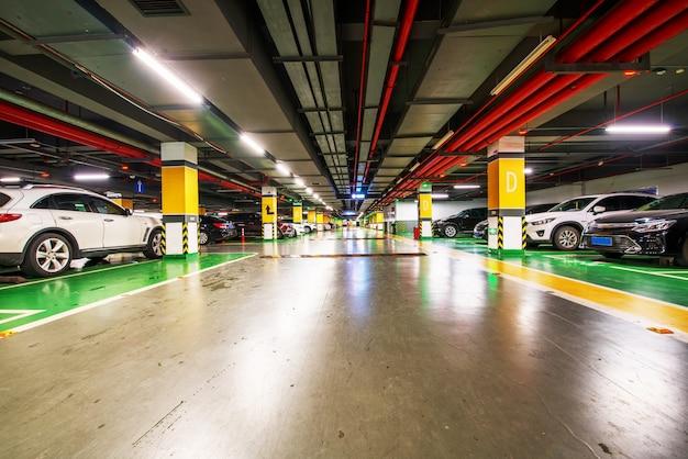 Fondo de estacionamiento subterráneo vacío con espacio de copia