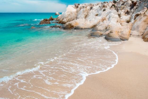 Fondo exótico de mar y piedras, agua de mar u océano