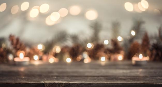 Fondo festivo de año nuevo con conos y luces.