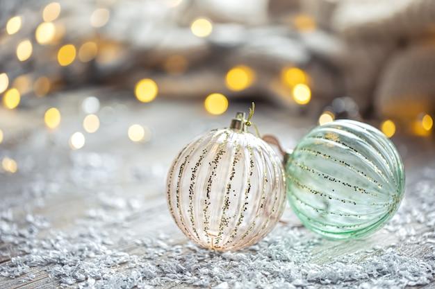 Fondo festivo con bolas de navidad y luces bokeh borrosas copie el espacio